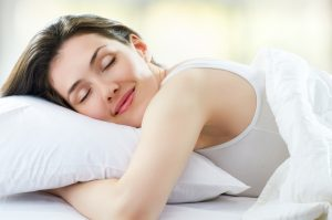 Masaje facial para aplicar la crema de noche, paso a paso